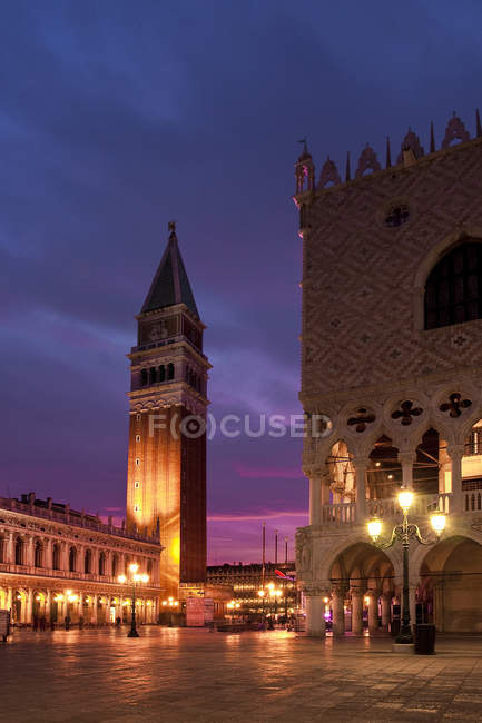 Палац Дукале і площа Сан-Марко у сутінках, Венеція, Венето, Італія, Європа — стокове фото