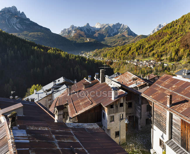 View towards the Tamer mountain range in the dolomites. Village Fornsesighe, an example of the local and original alpine architecture of the Veneto in the dolomites, an UNESCO world heritage. Europe, Central Europe, Italy — Stock Photo