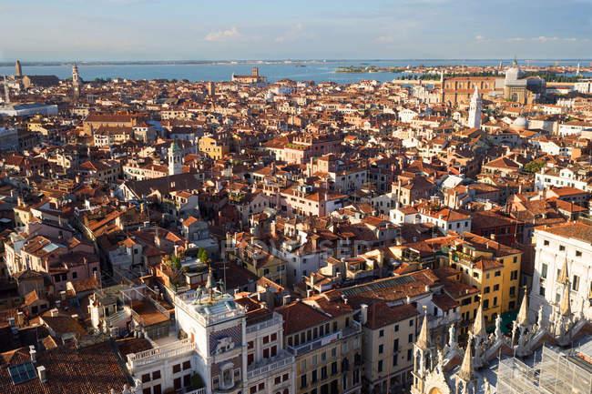 Paisaje urbano y vista a la laguna desde el campanario de San Marco, Venecia, Véneto, Italia, Europa - foto de stock
