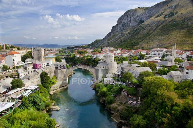 A famosa Ponte Velha de Mostar construída em 1566, destruída em 1993, a Nova Ponte Velha, como agora é conhecida concluída em 2004, Bósnia-Herzegovina, Europa — Fotografia de Stock