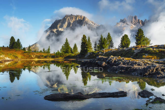 Tofana di Rozes reflejado en el lago alpino Limedes, Paso de Falzarego, Dolomitas, Véneto, Italia - foto de stock