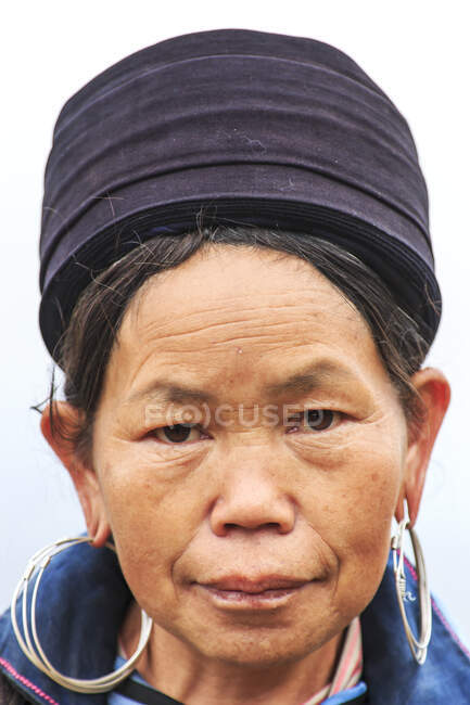 Портрет аборигенки гор, одетой в традиционный наряд - Сапа, Северный Вьетнам, Юго-Восточная Азия, Азия — стоковое фото