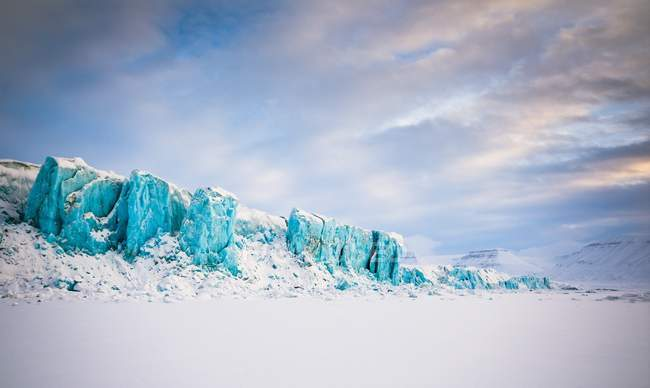 La falesia di ghiaccio del paesaggio ghiacciaio di Tunabreen a Spitzbergen, Svalbard, Norvegia, Scandinavia, Europa — Foto stock