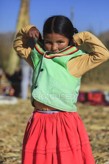 Child leaving on the Uros floating islands on Lake Titicaca, Puno, Peru — Stock Photo