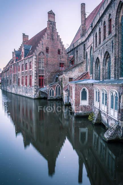 Дома и каналы, Брюгге, Бельгия, Европа — стоковое фото