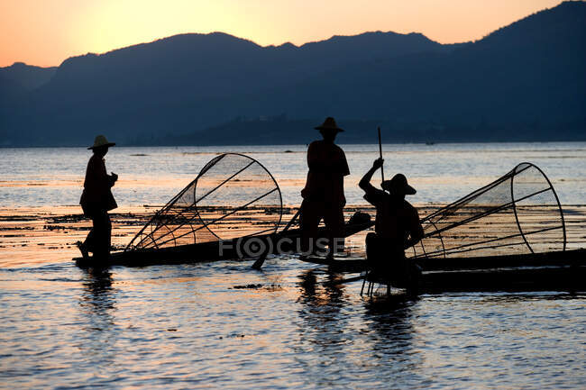 Fishermen in the sunset on Inle lake, Nyaungshwe Township of Taunggyi District of Shan State, Myanmar, Burma, Southeast Asia — Stock Photo
