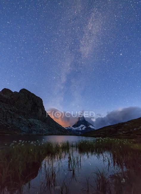 Stars and Milky Way above Lake Stellisee, Zermatt, Canton of Valais landscape, Switzerland, Europe — Stock Photo