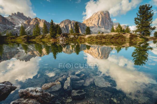 Tofana di Rozes reflétée dans le lac de Limedes, Falzarego Pass, Dolomites, Veneto, Italie — Photo de stock