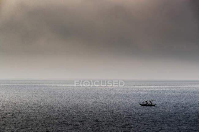 Traditionelles Boot vom Comer See namens Lucia im Morgennebel, Bellano, Lombardei, Italien, Europa — Stockfoto