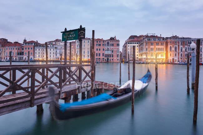 The iconic venetian gondola on the Grand Canal at dawn, Venice, Veneto, Italy, Europe — Stock Photo
