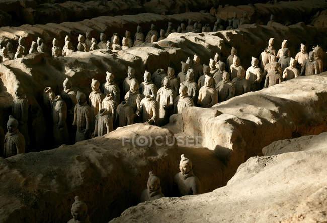 Терракотовые воины являются частью гробницы, построенной первым китайским императором, Цинь Ши Хуанди, Шэньси, Северо-Западный Китай, Азия — стоковое фото