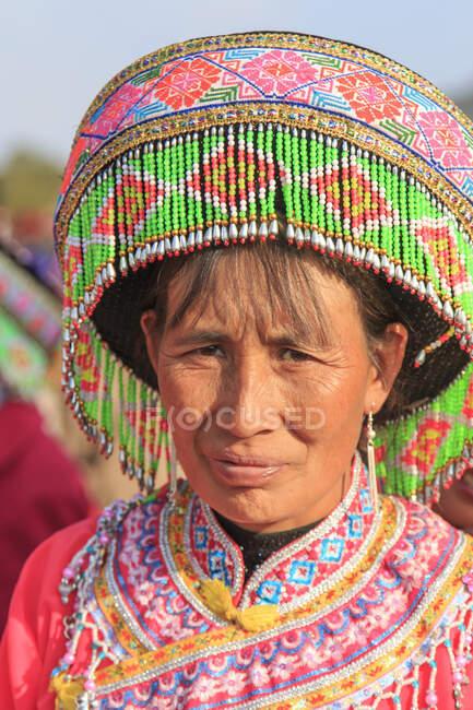 Китайка в традиційному одязі Мяо під час фестивалю Heqing Qifeng Pear Flower, Китай. — стокове фото