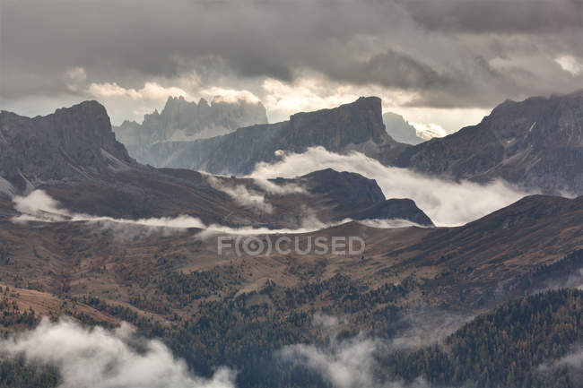 The Giau pass as seen from Col di Lana with Nuvolau and Ra Gusela, Croda da Lago, Lastoni of Formin and Cernera, Dolomites, Veneto, Italy — Stock Photo