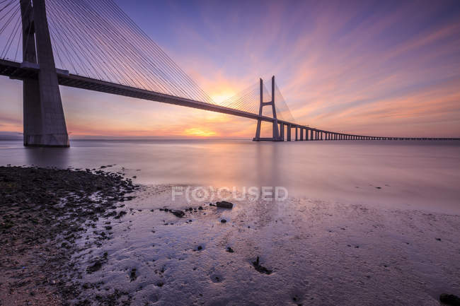 The colors of dawn on Vasco da Gama Bridge that spans the Tagus River in Parque das Nacoes, Lisbon, Estremadura, Portugal, Europe — Stock Photo