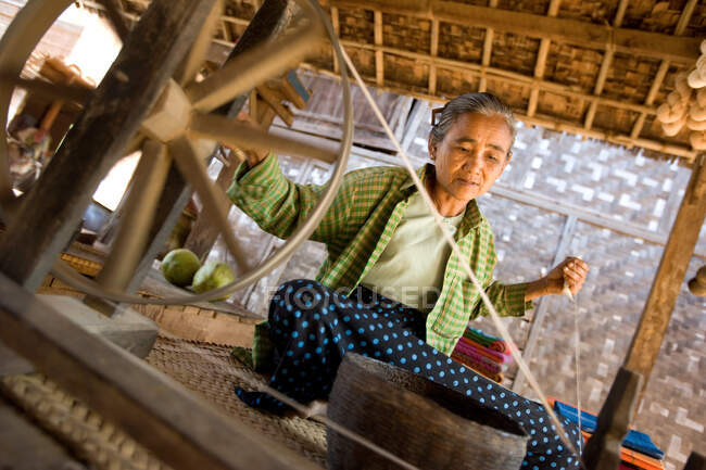 Old lady spinning  a woolen thread, Phwaso Village, Bagan, Myanmar, Burma, Southeast Asia — Fotografia de Stock