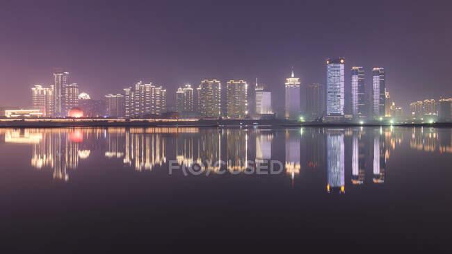El horizonte de Nanchang por la noche se ve desde el lado este de la ciudad, Nanchang, provincia de Jianxi, China. - foto de stock