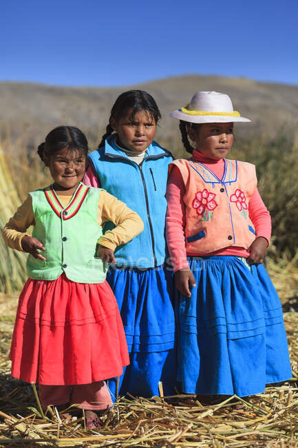Children leaving on the Uros floating islands on Lake Titicaca, Puno, Peru — Stock Photo