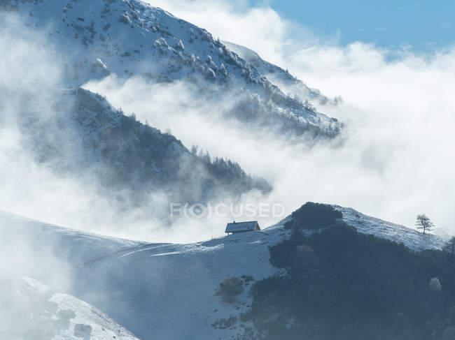 Шале в снегу после снегопада, гора Бондоне, Трентино, Италия, Европа — стоковое фото