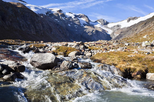 The valley Maurer Tal in the national park Hohen Tauern with a view of the glacier Maurer Kees and the crossing Maurer Toerl. The glacier Maurer Kees is retreating rapidly, the crossing Maurer Toerl has already lost its ice cover. During the little I — Stock Photo