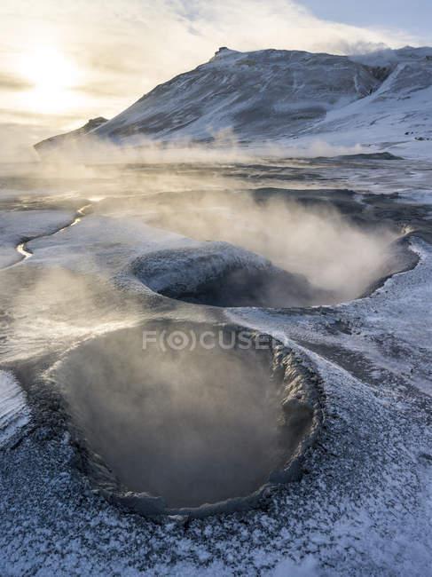 Zona geotermica Hveraroend vicino al lago Myvatn e la tangenziale durante l'inverno con piscine di fango, fumarole e solfatare. Europa, Europa settentrionale, scandinavia, Islanda, febbraio — Foto stock