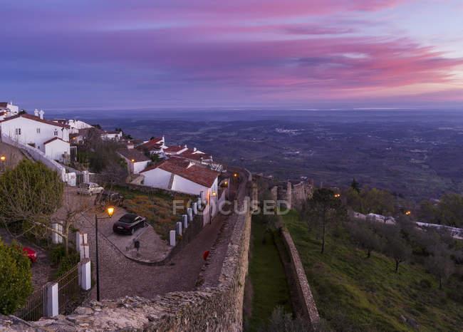 Схід сонця над Мардао відомого середньовічного гірського селища і притягнення туриста в Алентежу. Європа, Південна Європа, Португалія, Алентежу — стокове фото
