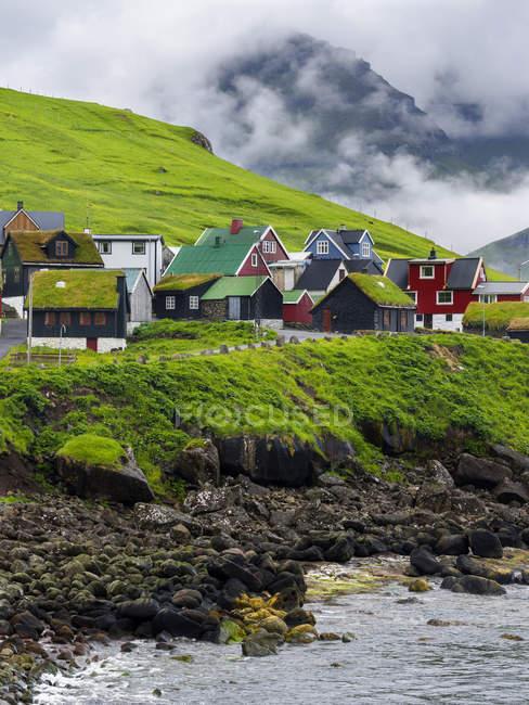 Village Elduvik situé à fjord Funningsfjordur, Europe, Europe du Nord, Danemark, Îles Féroé — Photo de stock
