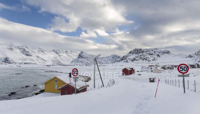 Ytresand Beach vicino al villaggio Fredvang, vista sull'isola di Flakstadoya. L'isola di Moseknesoya, le isole Lofoten nel nord della Norvegia durante l'inverno. Europa, Scandinavia, Norvegia, febbraio — Foto stock
