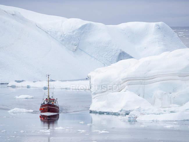 Barca a Ilulissat Icefjord chiamato anche kangia o Ilulissat Kangerlua a Disko Bay. Il fiordo del ghiaccio è elencato come patrimonio mondiale dell'UNESCO. America, Nord America, Groenlandia, Danimarca — Foto stock