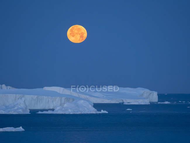 Lua Cheia. Ilulissat Icefjord também chamado de cangia ou Ilulissat Kangerlua na Baía Disko. O fiorde de gelo está listado como patrimônio mundial da UNESCO. América do Norte, Gronelândia, Dinamarca — Fotografia de Stock