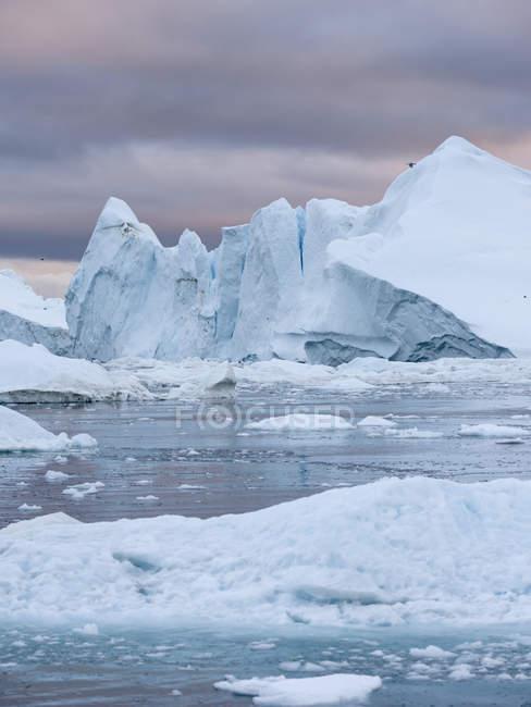 Ilulissat Icefjord também chamado de cangia ou Ilulissat Kangerlua na Baía Disko. O fiorde de gelo está listado como patrimônio mundial da UNESCO. América do Norte, Gronelândia, Dinamarca — Fotografia de Stock