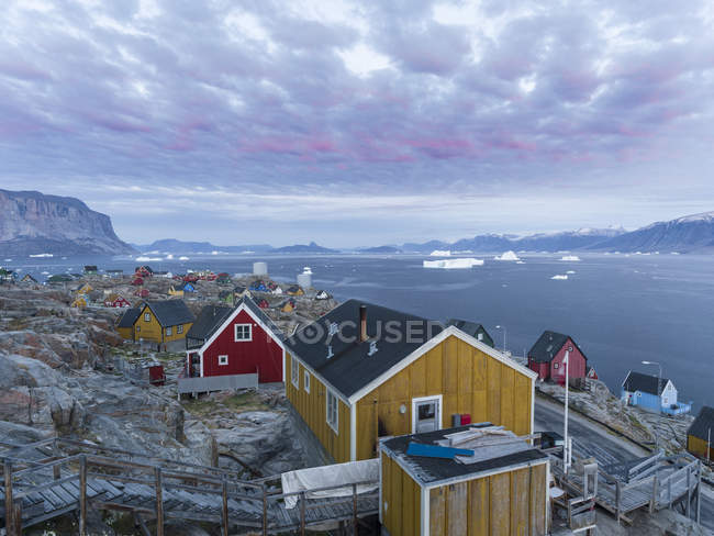 Piccola città Uummannaq nel nord della Groenlandia occidentale. America, Nord America, Groenlandia, Danimarca — Foto stock