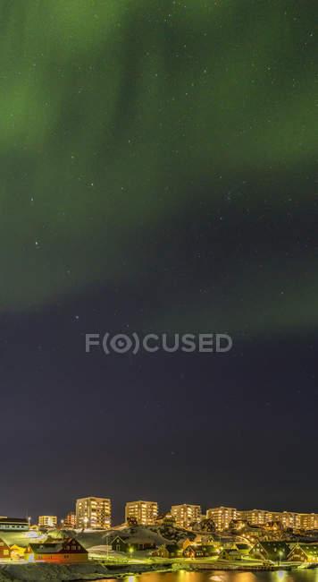 Nordlichter und Blick über die Altstadt und den Kolonialhafen in Richtung des modernen Viertels von Nuuk. Nuuk, die Hauptstadt Grönlands. Amerika, Nordamerika, Grönland — Stockfoto