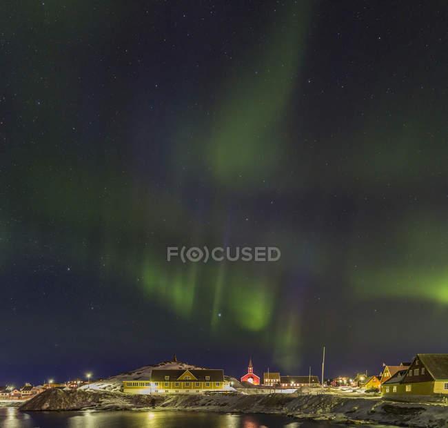 Nordlichter über der Altstadt und dem Kolonialhafen. Nuuk, die Hauptstadt Grönlands. Amerika, Nordamerika, Grönland — Stockfoto