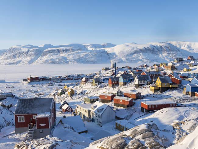 Cidade Uummannaq durante o inverno no norte da Groenlândia. Antecedentes é Nussuaq (Nugssuaq) península. América, América do Norte, Dinamarca, Gronelândia — Fotografia de Stock