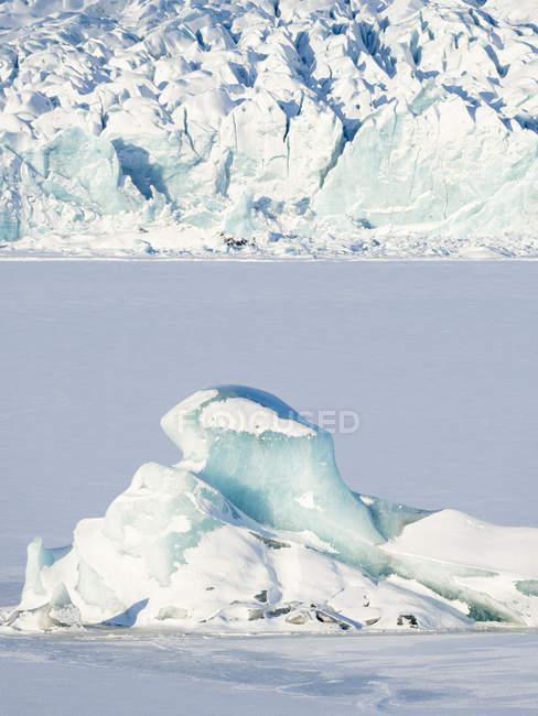 Ghiacciaio Fjallsjoekull e lago ghiacciato ghiacciato Fjallsarlon in Vatnajokull NP durante l'inverno. Europa, Nord Europa, Islanda, febbraio — Foto stock