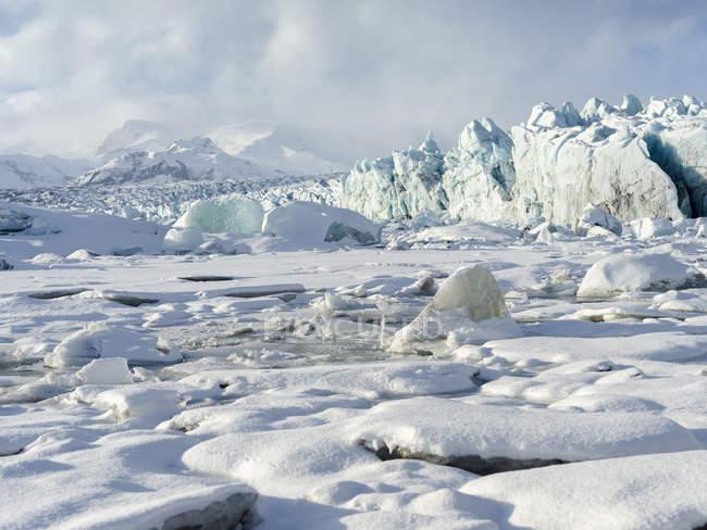 Riva settentrionale della laguna glaciale Joekulsarlon con ghiacciaio Breidamerkurjoekull in Vatnajoekull NP. Europa, Nord Europa, Islanda — Foto stock