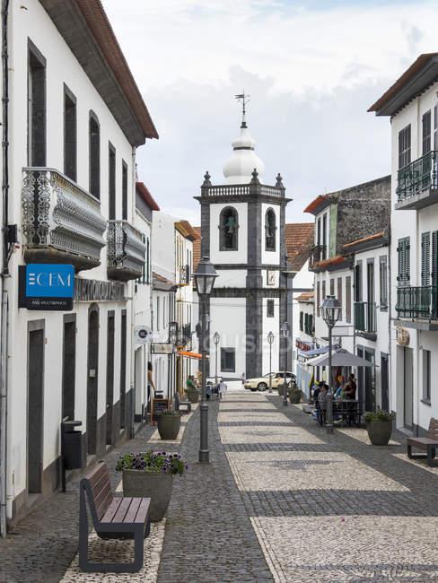 Zona pedonale e chiesa Igreja Matriz. Velas, la città principale dell'isola. Isola di Sao Jorge, un'isola nelle Azzorre (Ilhas dos Acores) nell'Oceano Atlantico. Le Azzorre sono una regione autonoma del Portogallo. Europa, Portogallo, Azzorre — Foto stock