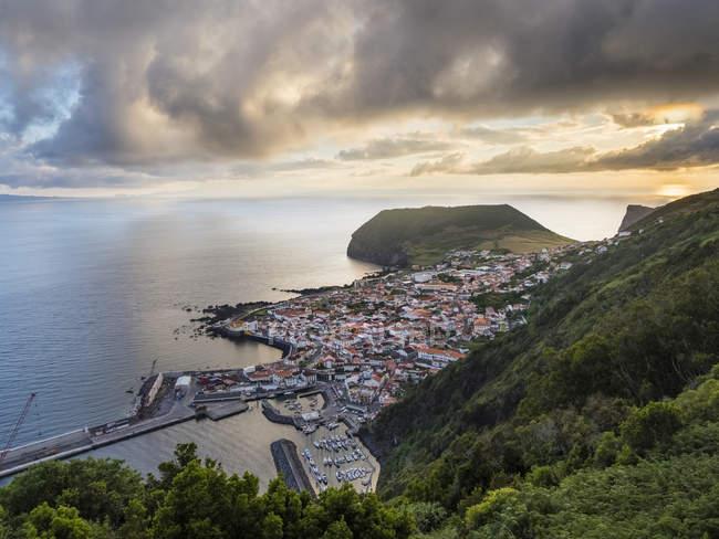 Velas, der Hauptort der Insel. Sao Jorge Island, eine Insel auf den Azoren (Ilhas dos Acores) im Atlantischen Ozean. Die Azoren sind eine autonome Region Portugals. Europa, Portugal, Azoren — Stockfoto
