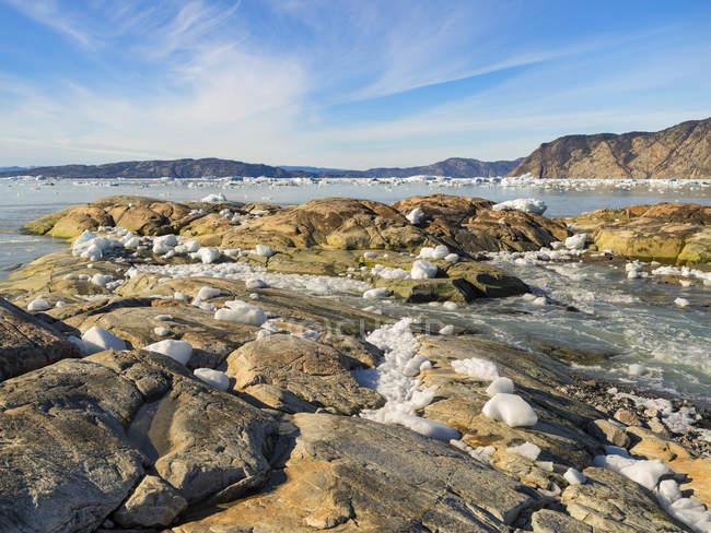 Shoreline cheio com icebergs da geleira de EQIP (Sermia de EQIP ou geleira de EQI) em Greenland. Regiões polares, Dinamarca, agosto — Fotografia de Stock