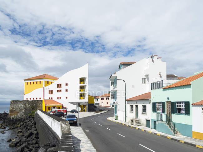 Auditorio Architettura comunale, moderna e contemporanea a Velas, capoluogo dell'isola. Isola di Sao Jorge, un'isola delle Azzorre (Ilhas dos Acores) nell'oceano Atlantico. Le Azzorre sono una regione autonoma del Portogallo. Europa, Portogallo, Az — Foto stock