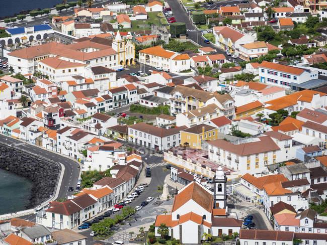Velas, la città principale dell'isola. Isola di Sao Jorge, un'isola delle Azzorre (Ilhas dos Acores) nell'oceano Atlantico. Le Azzorre sono una regione autonoma del Portogallo. Europa, Portogallo, Azzorre — Foto stock