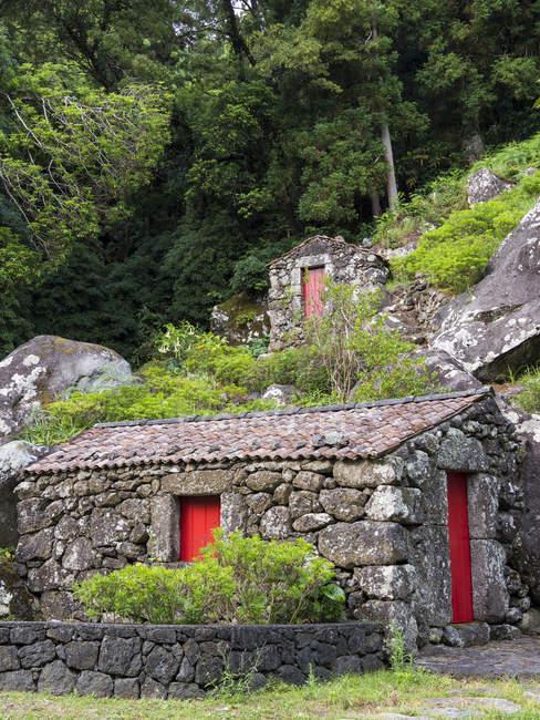 Edifici tradizionali in pietra a secco. Isola di Sao Jorge, un'isola delle Azzorre (Ilhas dos Acores) nell'oceano Atlantico. Le Azzorre sono una regione autonoma del Portogallo. Europa, Portogallo, Azzorre — Foto stock