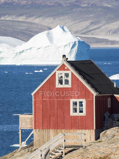 La ville d'Uummannaq au nord-ouest du Groenland, située sur une île du système du fjord d'Uummannaq. Amérique, Amérique du Nord, Groenland — Photo de stock