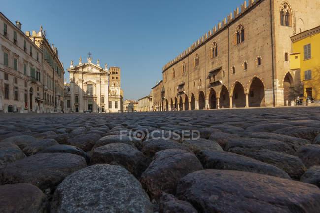 Das Kopfsteinpflaster der Piazza Sordello, Blick auf die Kathedrale von San Pietro di Mantova, Mantua, Lombardei, Italien, Europa — Stockfoto