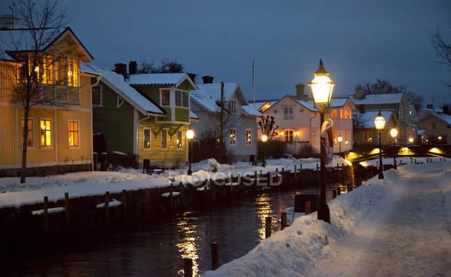 Case al fiume in inverno, Trosa, Svezia, Europa — Foto stock