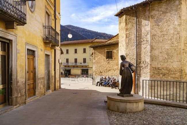 Statue de femme avec robe traditionnelle, Scanno, L Aquila, Abruzzes, Italie, Europe — Photo de stock