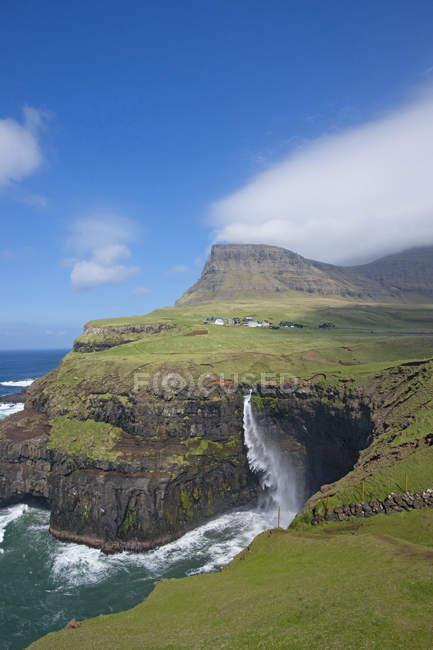 La cascata Mulafossur nei pressi di Gasadalur, uno dei punti di riferimento delle Isole Faroe. L'isola di Vagar, parte delle Isole Faroe nell'Atlantico settentrionale. Isole Faroe, Danimarca, Europa — Foto stock