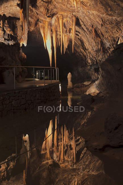 La Grotta di Baradla Show nel Parco Nazionale Aggtelek, Ungheria, il fiume grotta chiamato Styx. La Grotta di Baradla nel Parco Nazionale di Aggtelek fa parte del patrimonio mondiale dell'UNESCO delle grotte del Carso di Aggtelek e slovacco, Europa, Europa dell'est, Ungheria — Foto stock