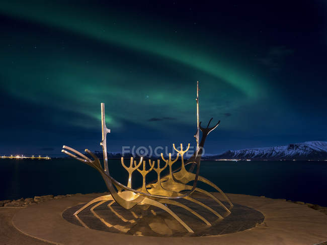 Solfar, ein Wahrzeichen von Reykjavik. Solfar isländisch für Sun Voyager ist eine Kultur aus Edelstahl im Hafen von Reykjavik gemacht der Künstler Jon Gunnar Arnason. Nachtaufnahme mit Nordlichtern. europa, nordeuropa, island, Februar — Stockfoto