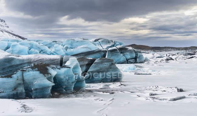 Svinafellsjoekull ghiacciaio in Vatnajoekull NP durante l'inverno, vista sul lago ghiacciato ghiacciato e sul fronte glaciale che si scioglie. Europa, Europa settentrionale, scandinavia, Islanda, febbraio — Foto stock
